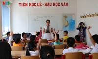 Trao tặng bộ sách giáo khoa cho người Việt tại Cộng hòa Czech