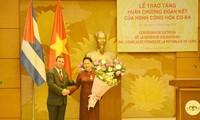 Chủ tịch Quốc hội nhận Huân chương Đoàn kết của Hội đồng Nhà nước Cộng hòa Cuba