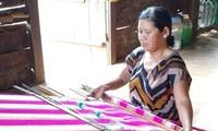 Gìn giữ nghề dệt thổ cẩm ở buôn Kmrơng Prong A