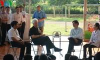 นาย บิล คลินตัน อดีตประธานาธิบดีสหรัฐไปเยือนศูนย์ดูแลเด็กติดเชื้อเอดส์ ที่อำเภอบาหวี่ กรุงฮานอย
