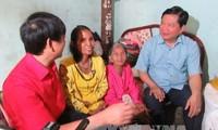 มอบของขวัญตรุษเต๊ตให้แก่ครอบครัวที่ยากจนและผู้เคราะห์ร้ายจากสารพิษสีส้มไดอ๊อกซิน