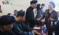 ประธานรัฐสภาเหงวียนถิกิมเงินลงพื้นที่พบปะกับผู้มีสิทธิ์เลือกตั้งในอำเภอหวิงแถง นครเกิ่นเทอ