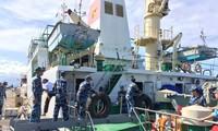 เรือบรรทุกของขวัญเพื่อฉลองตรุษเต๊ตตามประเพณีปีจอ 2018มุ่งหน้าไปยังอำเภอเกาะเจื่องซา