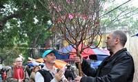 ชาวต่างชาติต้อนรับเทศกาลตรุษเต๊ตประเพณีของเวียดนาม