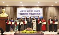 """มอบเข็มที่ระลึก """"เพื่อภารกิจของยูเนสโกเวียดนาม""""ให้แก่บุคคลดีเด่นของนครหลวง 20 คน"""