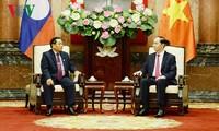 ประธานประเทศเจิ่นด่ายกวางให้การต้อนรับรองประธานรัฐสภาลาว