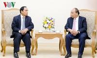 นายกรัฐมนตรีเหงวียนซวนฟุกให้การต้อนรับรองนายกรัฐมนตรีและหัวหน้าสำนักงานตรวจตรารัฐบาลลาว