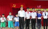 ประธานแนวร่วมปิตุภูมิเวียดนามมอบทุนการศึกษาให้แก่นักเรียนที่มีฐานะยากจนในจังหวัดเกิ่นเทอ