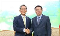 รองนายกรัฐมนตรีเวืองดิ่งเหวะให้การต้อนรับผู้บริหารเครือบริษัท Kookmin ของสาธารณรัฐเกาหลี