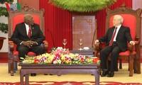 เลขาธิการใหญ่พรรคฯเหงวียนฟู้จ่องให้การต้อนรับรองประธานคนที่หนึ่งสภาแห่งรัฐและสภารัฐมนตรีคิวบา