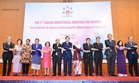 นายกรัฐมนตรีเหงวียนซวนฟุกย้ำถึงบทบาทสำคัญของสตรีและเด็กหญิงในการสร้างสรรค์ประชาคมอาเซียน