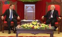 เลขาธิการใหญ่พรรค ประธานประเทศเหงวียนฟู้จ่องให้การต้อนรับนาย ดมีตรี เมดเวเดฟ  นายกรัฐมนตรีรัสเซีย