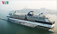 เรือสำราญ Royal Caribbean Cruise Lines ของสหรัฐเข้าเทียบท่าฮาลองในนครฮาลอง จังหวัดกว๋างนิง
