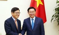 รองนายกรัฐมนตรีเวืองดิ่งเหวะให้การต้อนรับผู้อำนวยการใหญ่บริษัทซัมซุงเวียดนาม