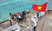 คณะปฏิบัติงานของกองบัญชาการกองทัพเรือภาคที่ 4 เสร็จสิ้นการไปเยือนและมอบของขวัญตรุษเต๊ตให้แก่ทหารและประชาชนในหมู่เกาะเจื่องซา