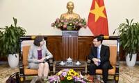 รองนายกรัฐมนตรีและรัฐมนตรีว่าการกระทรวงการต่างประเทศฝ่ามบิ่งมิงให้การต้อนรับนาง Deborah Paul เอกอัครราชทูตแคนาดาประจำเวียดนาม