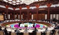 """นายกรัฐมนตรีเหงวียนซวนฟุกเข้าร่วมการประชุมโต๊ะกลมในการประชุมระดับสูงความร่วมมือระหว่างประเทศ """"หนึ่งแถบ-หนึ่งเส้นทาง"""""""