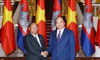 นายกรัฐมนตรีเหงวียนซวนฟุกให้การต้อนรับประธานรัฐสภากัมพูชา