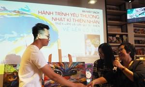 Bersama dengan Thien Nhan melukis perjalanan dongeng