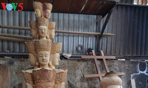 Statue carving in Vu Lang village