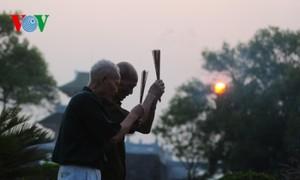 Zwei alte Veteranen auf dem Friedhof in Dien Bien Phu