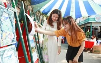 На рынке календарей в городе Хошимине царит оживленная атмосфера