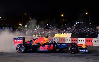 F1 legend burns rubber in Hanoi
