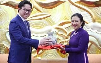 """Trao Kỷ niệm chương """"Vì hòa bình hữu nghị giữa các dân tộc"""" tặng Đại sứ Campuchia tại Việt Nam"""