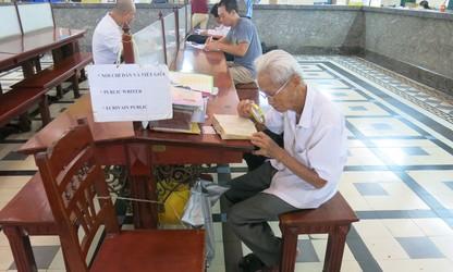 在西贡中心邮局坚守老行当的杨文悟老人