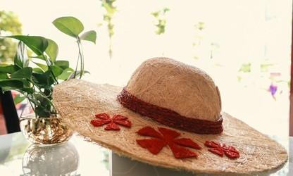 Le chapeau en fibre de coco, une idée novatrice