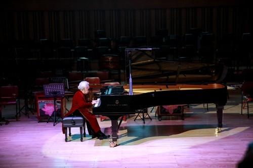 百歳の現役ピアニストは芸術家の母