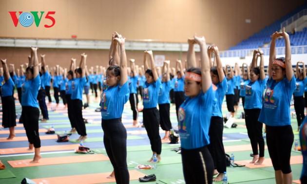 Knapp 1500 Menschen beteiligen sich an einer Yoga-Aufführung in Hanoi