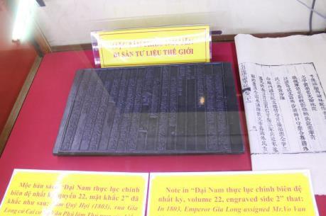 Ausstellung von Holzschnitzereien und königlichen Dokumenten über Souveränität Vietnams