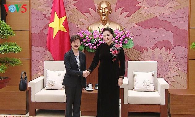 Parlamentspräsidentin Nguyen Thi Kim Ngan trifft Singapurs Botschafterin in Vietnam