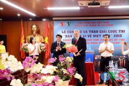 วีโอวีมอบรางวัลการประกวดความรู้เกี่ยวกับเวียดนามปี 2015