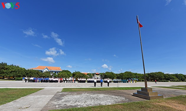 พิธีเชิญธงชาติอันศักดิ์สิทธิ์ที่หมู่เกาะเจื่องซาหรือสเปรตลีย์