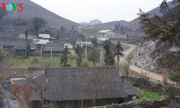 บ้านของชาวม้งในเขตที่ราบสูงหินด่งวัน