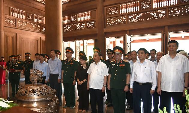 Premierminister Nguyen Xuan Phuc besucht Abteilung zur Verwaltung von Ho Chi Minh-Mausoleum