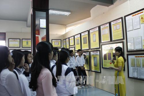 """งานนิทรรศการ """"หว่างซา เจื่องซาของเวียดนาม-หลักฐานทางประวัติศาสตร์และนิตินัย""""ที่จังหวัดกอนตุม"""