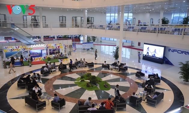 Les reporters en activité au centre de presse internationale de l'APEC
