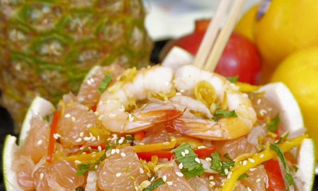Pomelo with shredded chicken and prawn salad