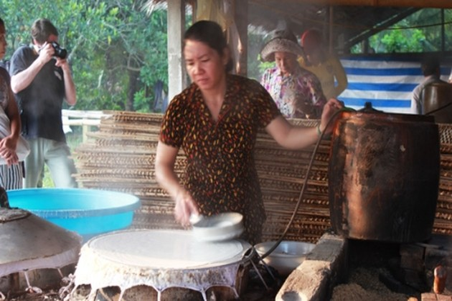 Cai Rang traditional craft village serves visitors with Hu Tieu noodle
