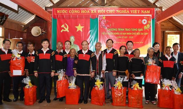 Nouvel An lunaire: Nguyên Xuân Phuc offre des cadeaux aux habitants du district de Cu Juts