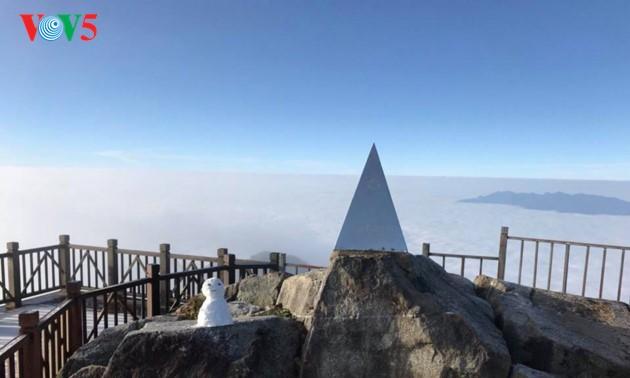 Eis bedeckt den Fansipan-Gipfel