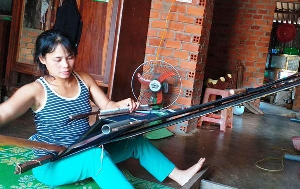 Menjaga kerajinan menenun kain ikat di dukuh Kmrong Prong A