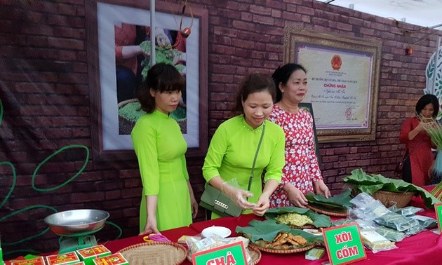 Me Tri's young sticky rice flake making craft recognized as national heritage