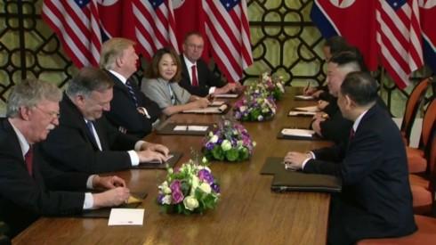 Fotos von US-Präsident Donald Trump und Nordkoreas Staatschef Kim Jong un beim Gipfeltreffen in Hanoi