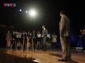 Édouard Philippe échange avec de jeunes vietnamiens