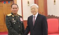 越南和老挝军队为培育并推动越老特殊团结关系不断发展做出贡献