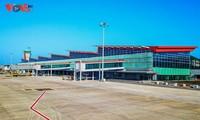 Panorama bandara internasional Van Don di tengah-tengah laut dan langit daerah Dong Bac (Timur Laut)